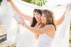 Девушки лучшего друга принимая selfie на камере Стоковое Изображение RF