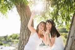 Девушки лучшего друга принимая selfie на камере Стоковые Изображения RF