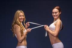 Девушки фитнеса в нижнем белье с лентой метра Стоковые Изображения