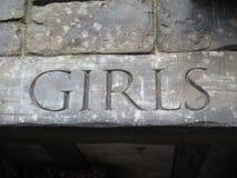 Девушки формулируют на древесине Стоковая Фотография RF