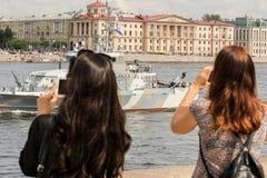 Девушки фотографируют шлюпку боя Стоковые Изображения