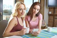 Девушки фотографируя на телефоне дома Стоковое фото RF