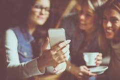 3 девушки фотографируя собственной личности конец вверх Фокус на Хане Стоковое Фото