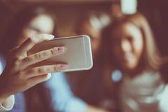 3 девушки фотографируя собственной личности Фокус на переднем плане Стоковые Изображения RF
