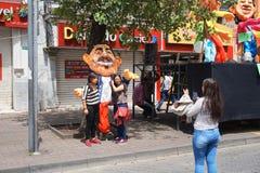 Девушки фотографируя с ` Anos Viejos ` на бульваре Amazonas Стоковое Фото