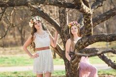 Девушки, флористический венок и лес весны Стоковое Изображение