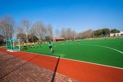 Девушки хоккейных команд замыкают накоротко угловую игру Стоковые Фото