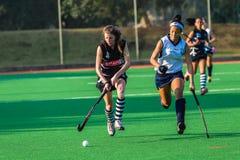 Девушки хоккея бежать цвета действия шарика Стоковая Фотография RF