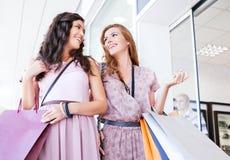 Девушки ходя по магазинам совместно Стоковые Изображения RF