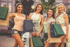 Девушки ходя по магазинам с автомобилем Стоковое Изображение