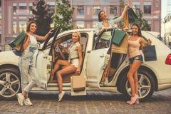 Девушки ходя по магазинам с автомобилем Стоковая Фотография
