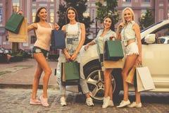 Девушки ходя по магазинам с автомобилем Стоковые Изображения RF
