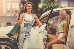 Девушки ходя по магазинам с автомобилем Стоковые Фотографии RF