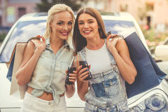 Девушки ходя по магазинам с автомобилем Стоковая Фотография RF