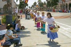 Девушки цветка бросая цветки во время улицы положения парада дня открытия вниз, старые испанские дни фиесту, 3-ье-7 августа 2005, Стоковые Фотографии RF
