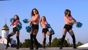 Девушки чирлидера с pompoms танцуют outdoors на backround неба видеоматериал