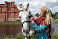 Девушки чистя лошадь щеткой Стоковые Фото