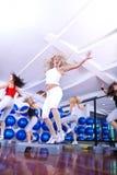Девушки шагая в центр пригодности стоковые изображения