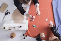 Девушки шить совместно Стоковые Изображения RF