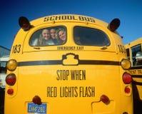 Девушки школы внутри подпирают школьного автобуса Стоковые Изображения