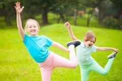 2 девушки школы делая тренировки Стоковое Изображение