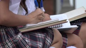 Девушки школы писать в тетрадях Стоковое Изображение RF