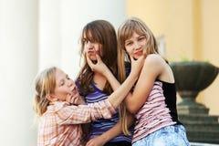 Девушки школы имея потеху в кампусе Стоковые Изображения RF
