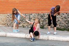 Девушки школы имея потеху в кампусе Стоковое Изображение
