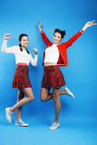 Девушки школы лучших другов подростковые совместно имея потеху, представлять эмоциональный на голубой предпосылке, усмехаться bes Стоковые Фотографии RF