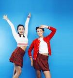 Девушки школы лучших другов подростковые совместно имея потеху, представлять эмоциональный на голубой предпосылке, усмехаться bes Стоковое Изображение RF