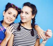 Девушки школы лучших другов подростковые совместно имея потеху, представлять эмоциональный на голубой предпосылке, усмехаться bes Стоковое Изображение