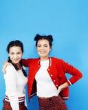 Девушки школы лучших другов подростковые совместно имея потеху, представлять эмоциональный на голубой предпосылке, усмехаться bes Стоковая Фотография RF