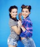 Девушки школы лучших другов подростковые совместно имея потеху, представлять эмоциональный на голубой предпосылке, усмехаться bes Стоковое Фото