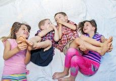 Девушки щекоча ноги мальчиков Стоковое фото RF