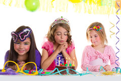Девушки детей счастливые дуя торт вечеринки по случаю дня рождения Стоковые Изображения