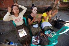 Девушки Balinese подготовляя танцульку Barong Стоковые Фото