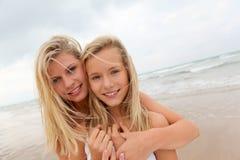 Девушки Blong на пляже th Стоковые Изображения RF