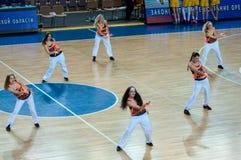 Девушки cheerleading появляются на партер баскетбола Стоковое Фото