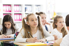 Девушки Dilligent на начальной школе Стоковые Фотографии RF