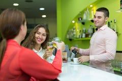 Девушки flirting с барменом Стоковое фото RF