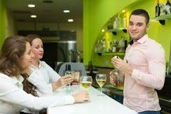 Девушки flirting с барменом Стоковое Изображение