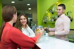 Девушки flirting с барменом Стоковая Фотография RF