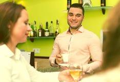 Девушки flirting с барменом Стоковые Фото