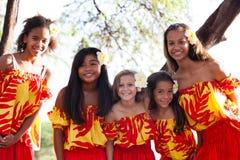 Девушки Hula Полинезийца усмехаясь на камере Стоковое фото RF