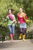 девушки jogging пары паркуют подростковое Стоковые Фотографии RF