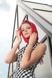 девушки kerchief красный цвет довольно стоковые фотографии rf