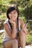 девушки mp3 использование игрока outdoors подростковое Стоковое Изображение RF