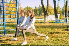 Девушки outdoors делая тренировки утра Спорт, фитнес, здоровье Стоковое Изображение RF