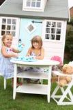 девушки outdoors играют 2 детенышей Стоковое Изображение RF