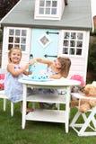 девушки outdoors играют 2 детенышей Стоковое Фото